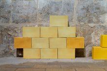 Sans titre, muret de briques de porcelaine colorées